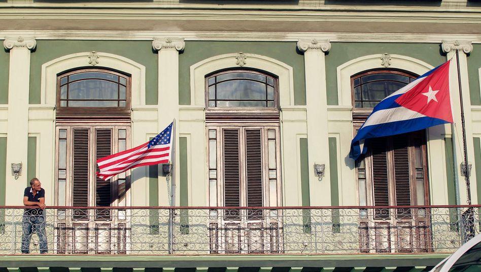 US-Flagge, Kubanische Flagge vor Hotel in Havanna (Archivbild): Annäherung
