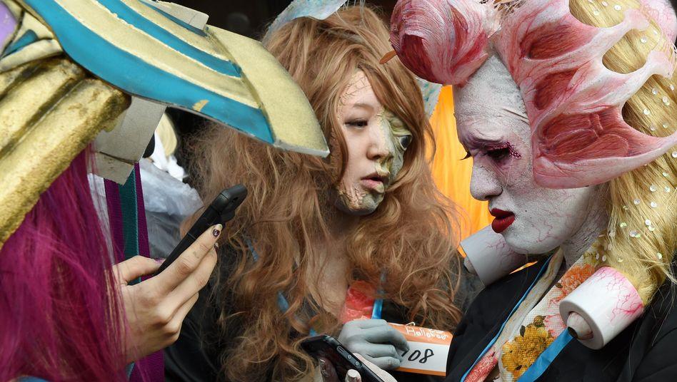 """Halloween-Parade in Tokio, Japan (Archivbild): """"Unter 50-Jährige sind daran gewöhnt, mit Mobiltechnologie zu interagieren, während sie gehen"""", heißt es in der Studie"""
