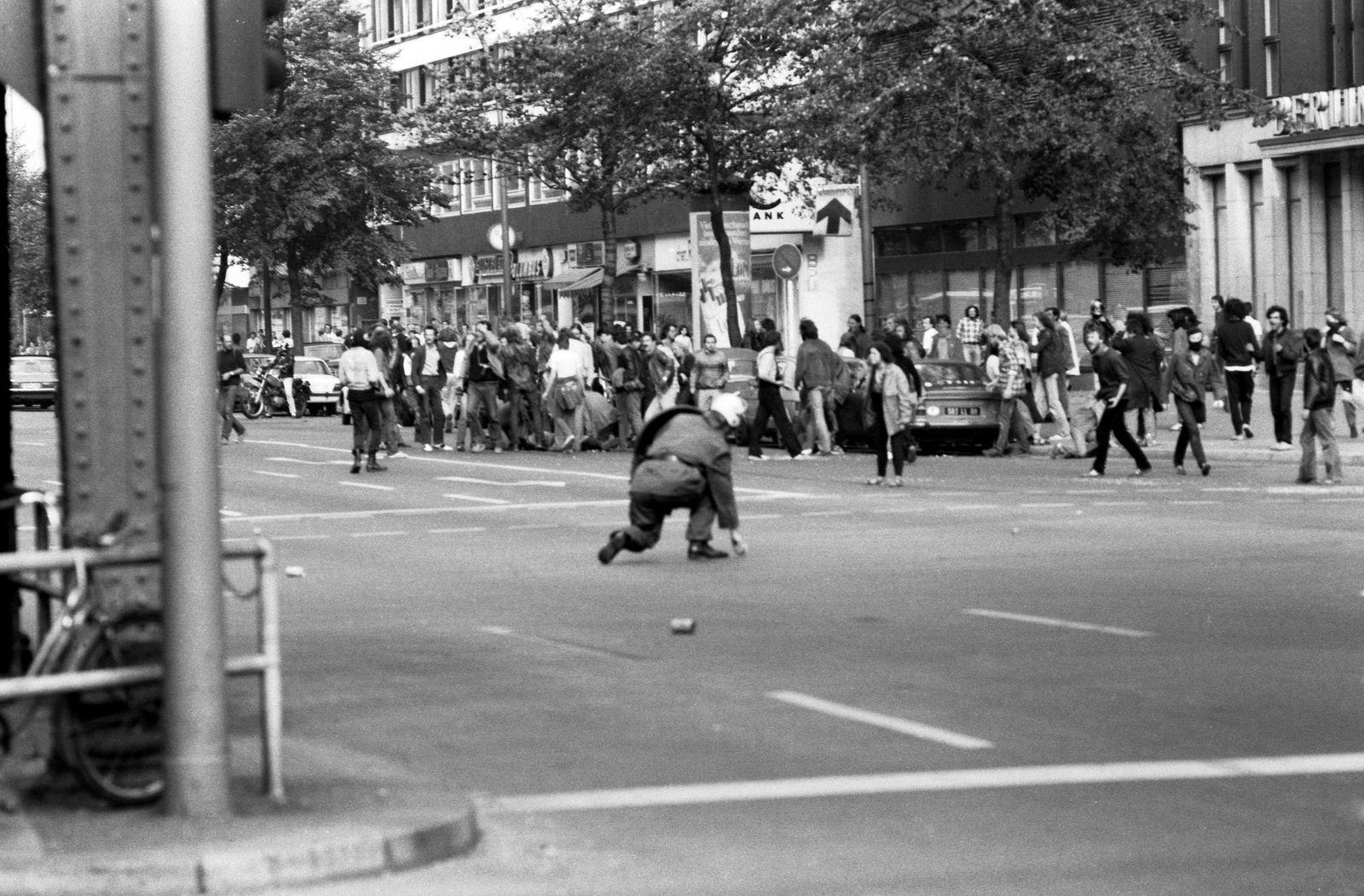 Der überfahrene Klaus-Jürgen Rattay umgeben von Demonstranten, Potsdamer Straße, 22.9.1981 Der rechte Innensenator Heinr