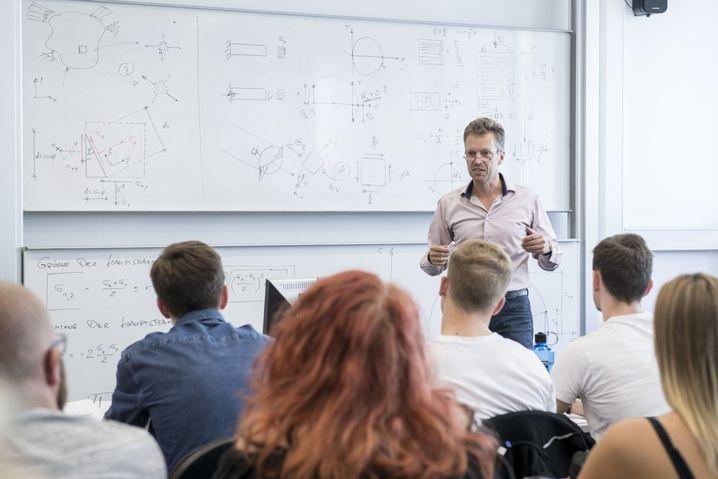 Bauingenieur Schmeitzner beim Unterricht