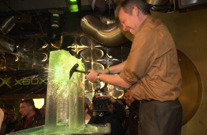 Xbox-Deutschland-Chef Hans Stettmeier befreit bei der Launch-Party in einem Berliner Klub die Konsole aus einem Eisblock