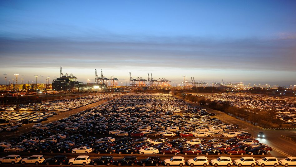 Autos am Containerterminal in Bremerhaven: Fiskus profitiert vom Aufschwung