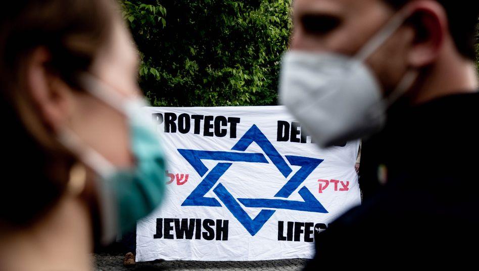 Demonstrierende auf einer Kundgebung gegen Antisemitismus in Berlin
