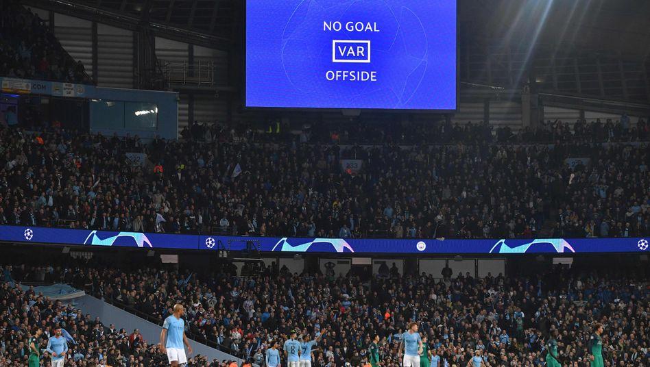 Die entscheidende Szene im Viertelfinalrückspiel zwischen Manchester City und Tottenham Hotspur: Das Tor von Raheem Sterling wird zurückgenommen