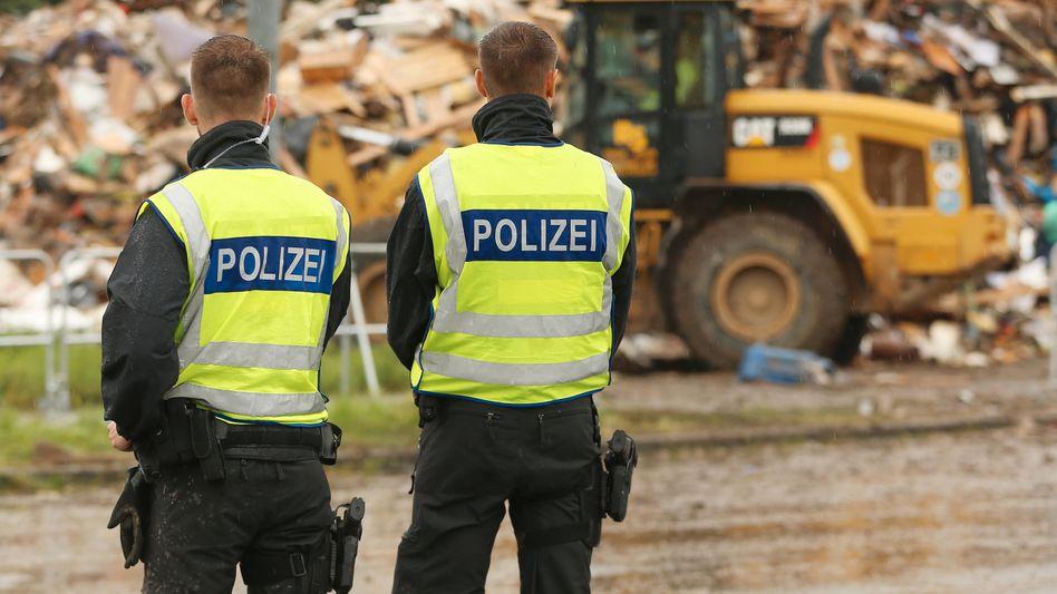 Polizisten in Erfstadt im Rhein-Erft-Kreis