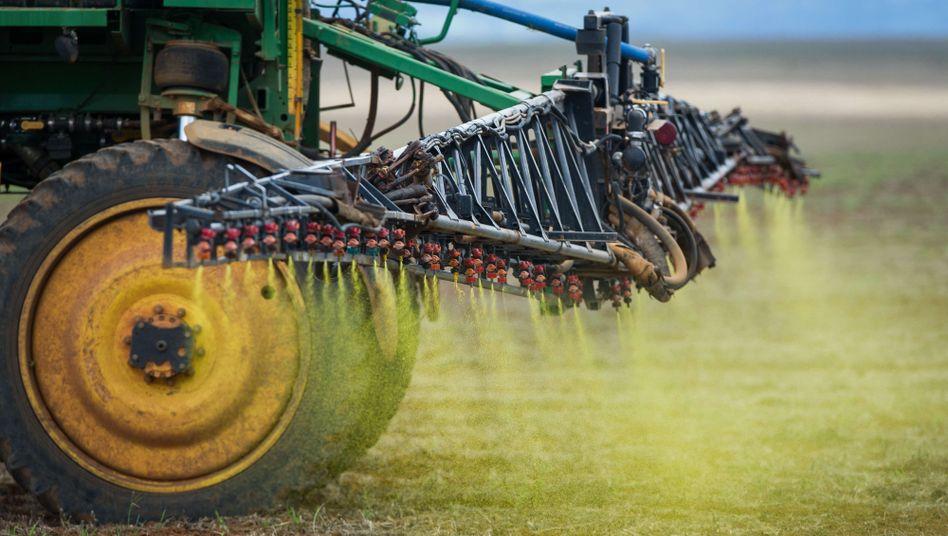 Pestizideinsatz auf einem Acker in Brasilien