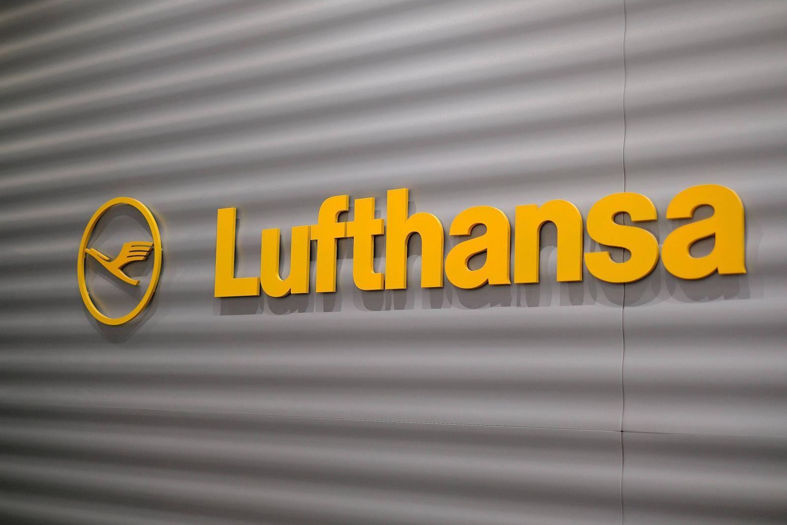 28.12.2019 Frankfurt am Main Flughafen Lufthansa Logo Symbofotos leere Schalter aufgrund Streik Flugbegleiter Vereinigu