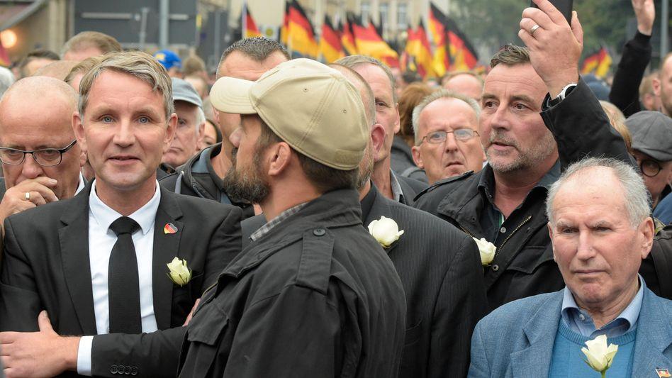 AfD-Politiker Björn Höcke, (2 v.l.), Pegida-Frontmann Lutz Bachmann (2 v.r.)