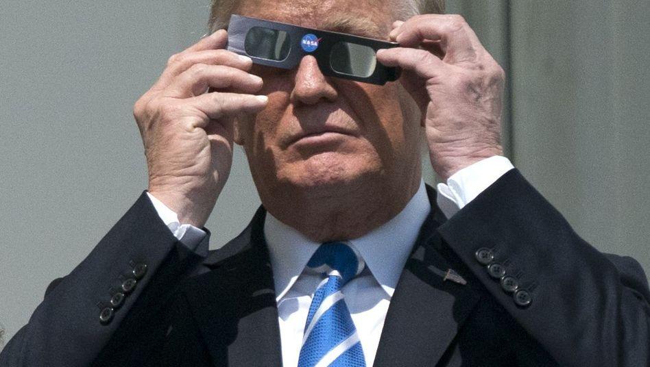 Donald Trump beobachtet im August 2017 eine Sonnenfinsternis