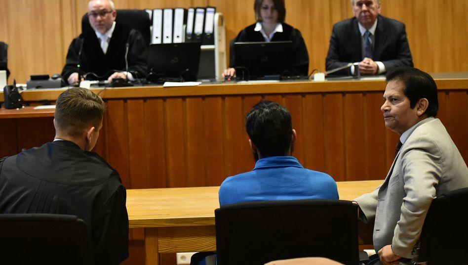 Angeklagter Abubaker C. mit Anwalt und Dolmetscher (r.) vor Gericht