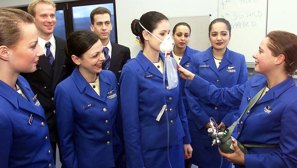 Angehende Stewardessen bei der Ausbildung: Wabern in Flugzeugen giftige Dämpfe?
