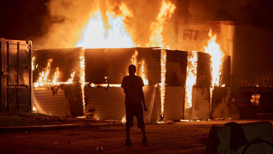 Stadt in Flammen: Ein brennendes Gebäude in Minneapolis