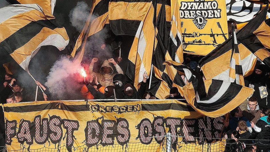 »Faust des Ostens«-Anhänger im Dresdner Stadion 2011: »Es kann nicht sein, dass man diese Personen identifiziert, aber nicht verurteilt.«