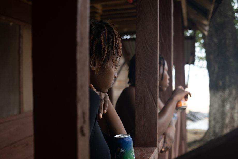 Im Herbst regnet es viel. Dann stellen sich die Frauen bei einer der Hütten für Touristen unter und schauen den Wolken zu