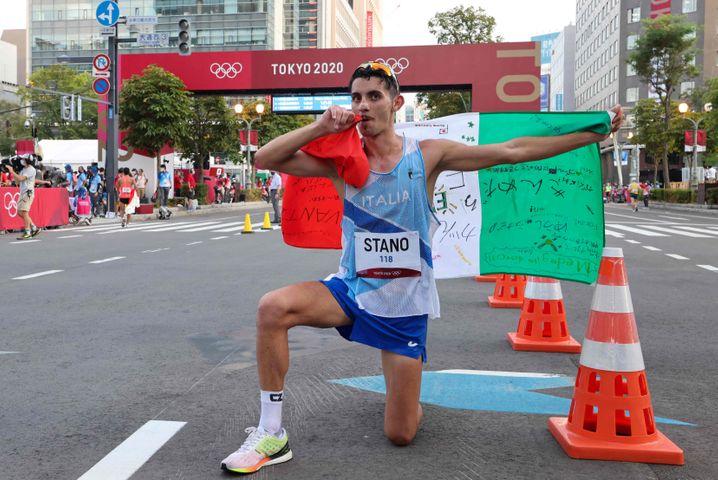 Massimo Stano feiert seinen Olympiasieg über 20 Kilometer Gehen