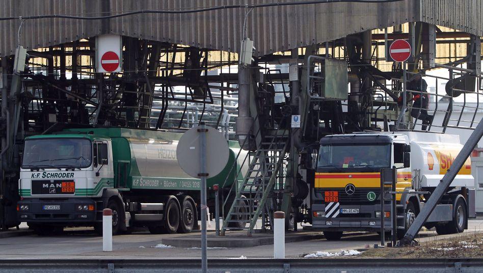 Befüllstation im Hamburger Hafen: Ölfirmen bleiben auf E10 sitzen