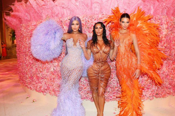 Mit ihrer Stundenglasfigur verkörpert Kim Kardashian-West (hier mit ihren Schwestern Kylie, l., und Kendall) den Prototyp der Mugler-Frau. Zur Met-Gala 2019 erschien der TV-Star in einer Sonderanfertigung des Designers