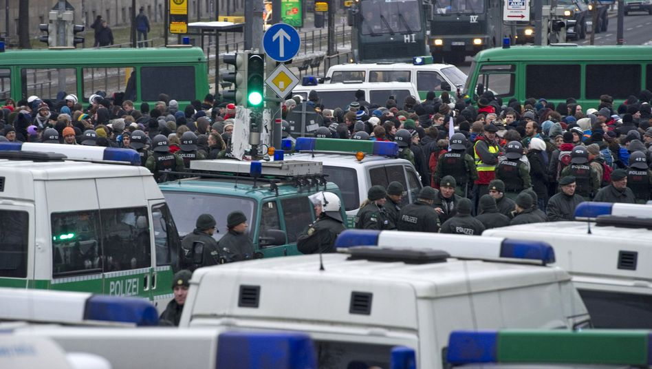Abgehört: Gegner einer Neonazi-Demonstration in Dresden