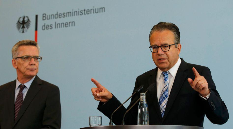 Bamf-Chef Weise (r.) mit Innenminister de Maizière: Mehr Stellen