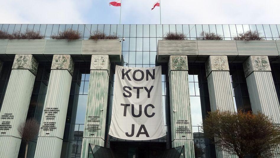 """Transparent über dem Haupteingang des Warschauer Obersten Gerichtes: """"Konstytucja"""" - Verfassung"""