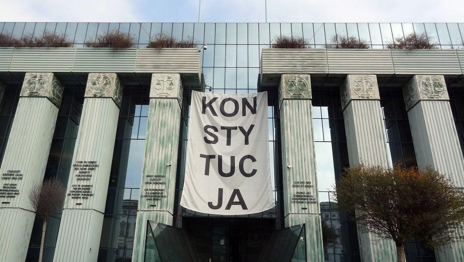 Ein Banner mit der Aufschrift »Konstytucja« (Verfassung) hängt über dem Haupteingang des Obersten Gerichts in Warschau