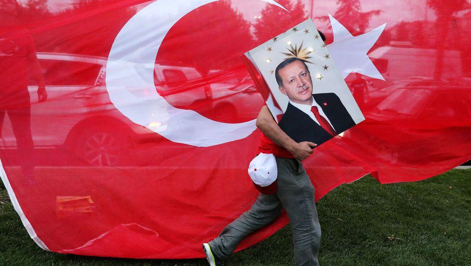 Erdogan-Unterstützer mit Bild des türkischen Staatspräsidenten