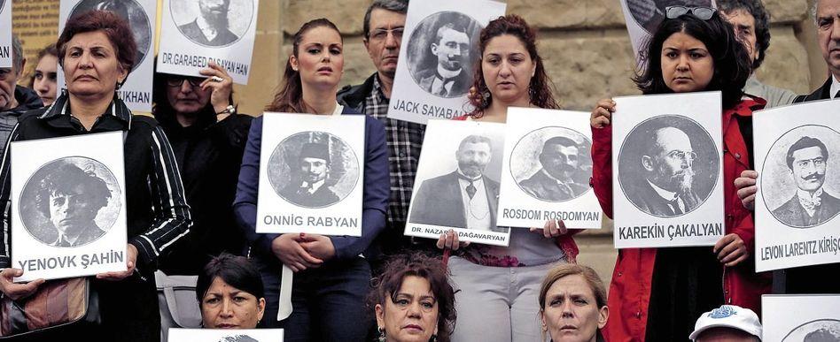 Gedenkveranstaltung in Istanbul mit Bildern armenischer Genozid-Opfer