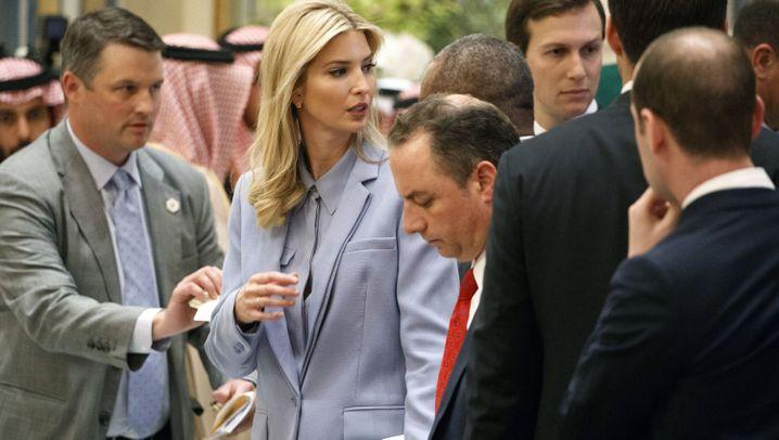 Fotostrecke: Trumps Säbeltanz