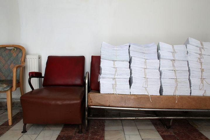 Akten stapeln sich im Krankenhaus in Viseul de Sus. Das Krankenhaus hat nur wenige Ärzte - verreisen sie, müssen Teile des Krankenhauses schließen