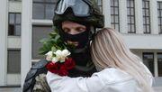 Blumen und Umarmungen für Soldaten