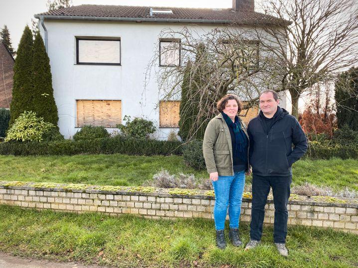 Dagmar und Jürgen Gerden vor dem Haus, das sie 2018 an RWE verkaufen mussten. Jetzt wollen sie es zurück.