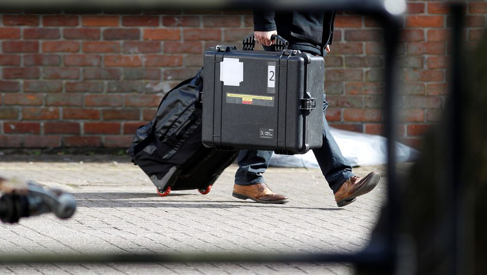 OPCW-Ermittler mit Koffer