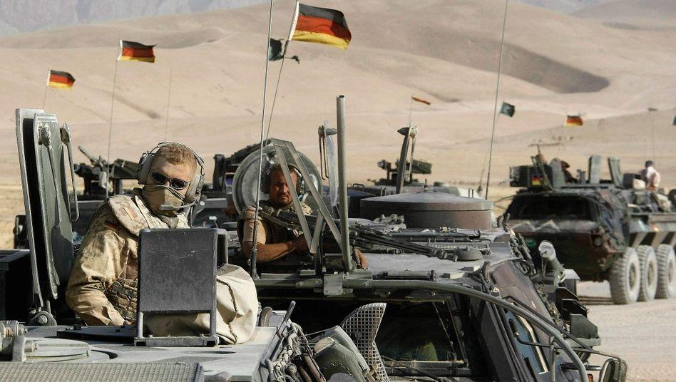 """Bundeswehrsoldaten in Afghanistan 2008: """"Der einheimischen Bevölkerung nett zuwinken, und der Rest erledigt sich schon von allein"""""""
