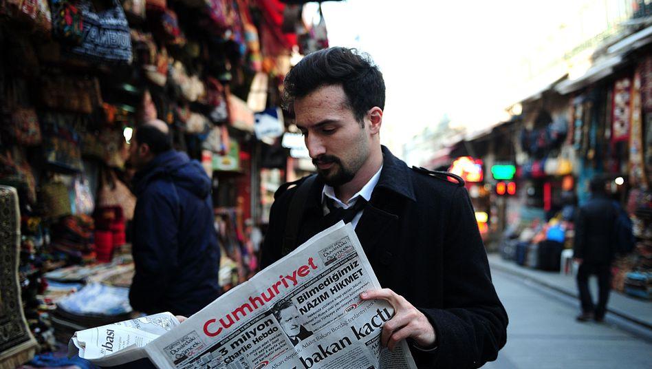 """Leser mit """"Cumhuriyet"""" in Istanbul: Auslieferung behindert"""