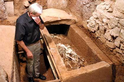 Antiker Sarkophag: Bistumsarchäologe Weber inspiziert die Grabbeigaben