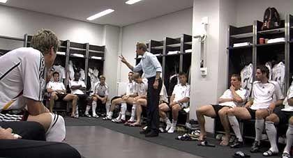 """Szene aus """"Deutschland. Ein Sommermärchen"""": Nationaltrainer Klinsmann beschwört seine Spieler"""