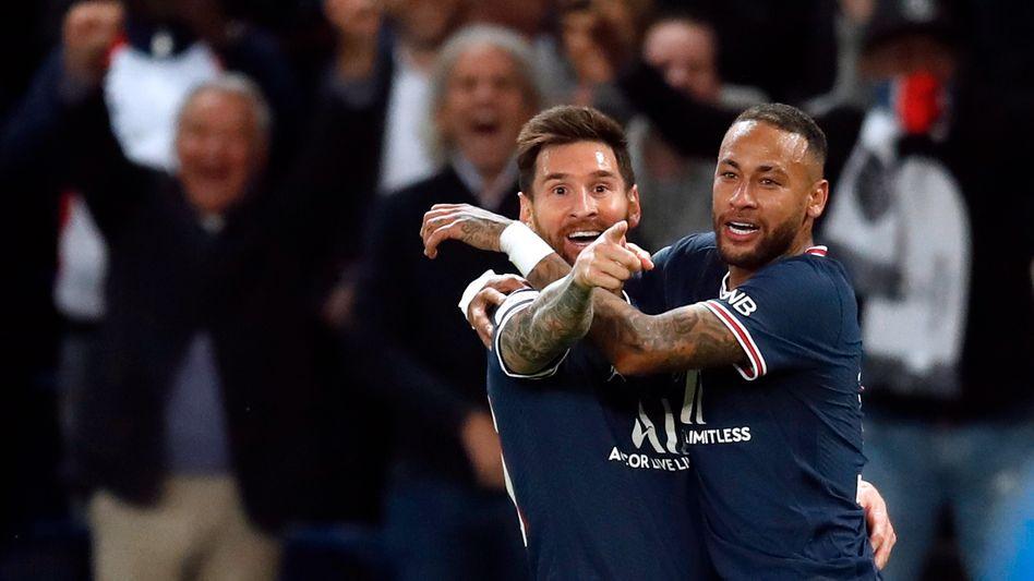 Lionel Messi (l.) feiert seinen ersten Treffer für PSG mit Neymar