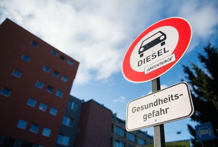 """Ein von der Umweltschutzorganisation aufgestelltes """"Verbotsschild für Dieselautos"""""""