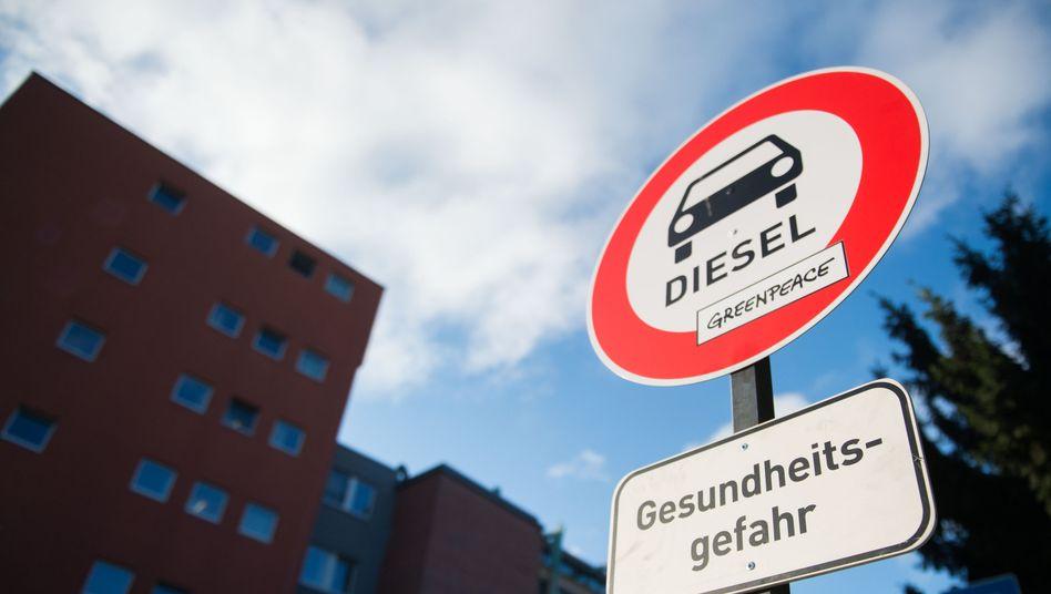 """Von Umweltaktivisten aufgestelltes """"Verbotsschild für Dieselautos"""" in Stuttgart 2016"""
