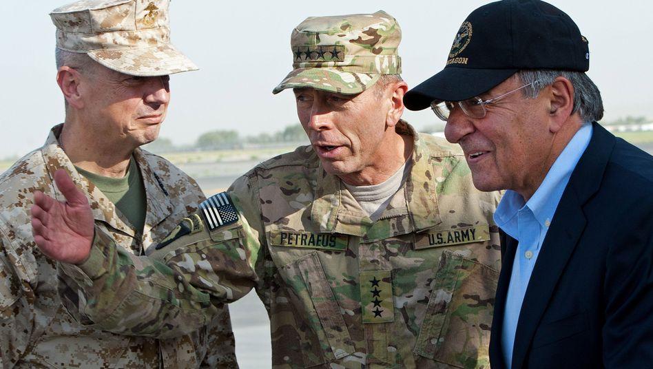 Militärs Allen (l.), Petraeus (Mitte), Minister Panetta: Komplexe Verflechtungen