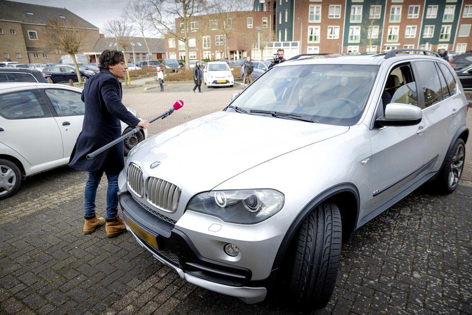 Kirchenbesucher greifen Journalisten an in den Niederlanden