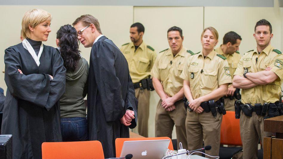 Angeklagte Zschäpe mit Anwälten (Archiv): Zeugenbefragungen im NSU-Prozess