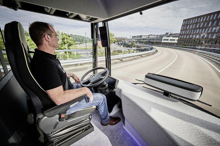 """Meistens unbeschäftigt, aber immer eingreifbereit: der Fahrer des """"Future Bus"""" von Mercedes"""