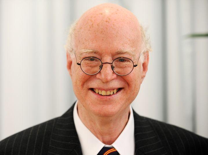 """Richard Sennett lehrt Soziologie und Geschichte an der New York University und der London School of Economics and Political Science (LSE), wo Ulrich Beck eine Gastprofessur innehatte. Zu Sennetts wichtigsten Veröffentlichungen gehören """"Verfall und Ende des öffentlichen Lebens"""" (1986) und """"Der flexible Mensch"""" (1998)."""