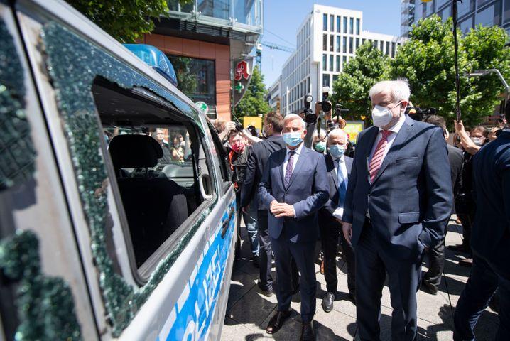 Bundesinnenminister Seehofer (CSU, r.) und der Innenminister von Baden-Württemberg, Thomas Strobl, vor dem Polizeiauto