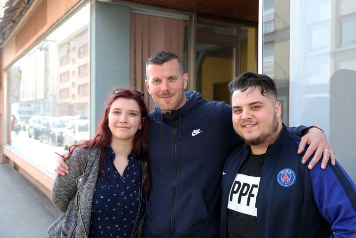 Serhat (r.) mit Sozialarbeiter Régis Wagner und seiner Kollegin Clémence