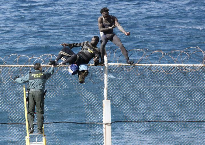 Migranten am Zaun von Ceuta: Dahinter ist es schick wie in Nizza