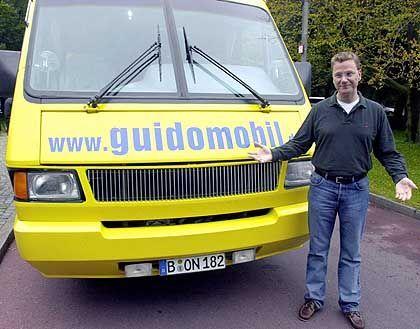 """Unterwegs mit dem """"Guidomobil"""": FDP-Chef Guido Westerwelle im Wahlkampf 2002"""
