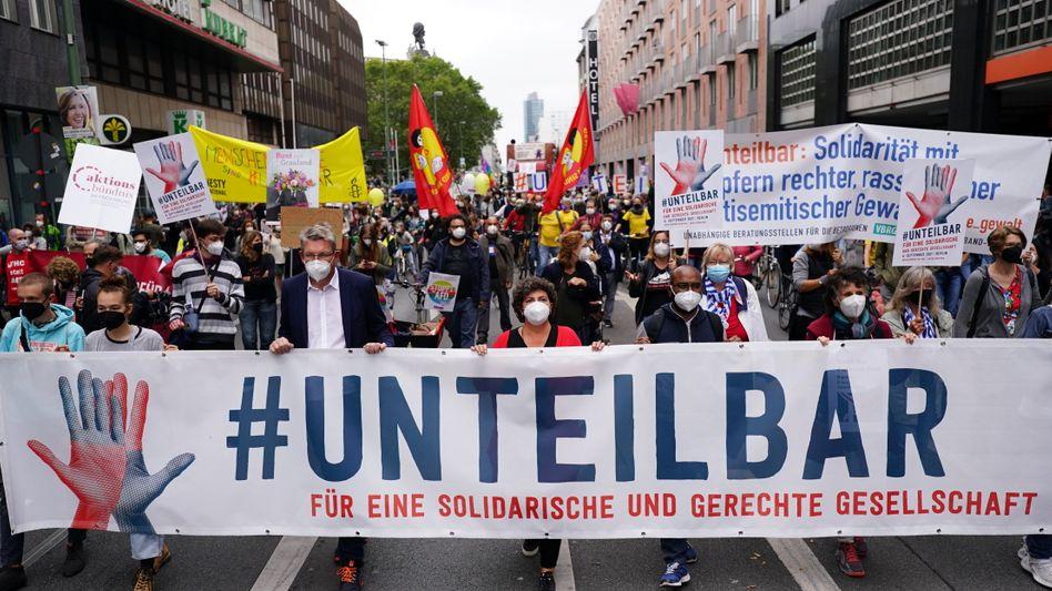 Demonstranten des Aktionsbündnisses »Unteilbar« gingen am Samstag in Berlin friedlich für ihre Ziele auf die Straße