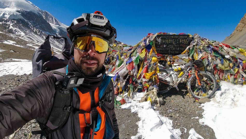 Omar di Felice auf dem Thorong La, dem höchsten Pass der Welt